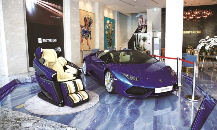 바디프랜드 매장에서 '람보르기니 안마의자'가 슈퍼카와 함께 전시되고 있다. [사진=바디프랜드]