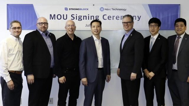 에이치닥-스트롱블록 MOU 체결식 (좌측 3번째) 데이비드 모스(David Moss) 스트롱블록 설립자 겸 CEO, (좌측 4번째) 정대선 에이치닥 설립자(현대BS&C 사장)