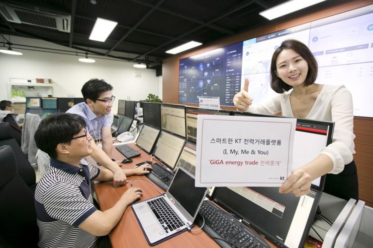 KT 모델이 과천 KT-MEG 운용센터에서 기가 에너지 트레이드 전력중개 서비스를 소개하고 있다. [사진=KT]