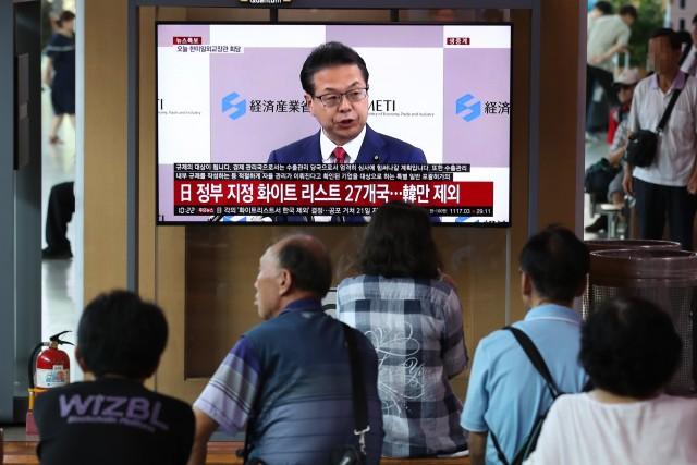일본이 한국을  전략물자 수출 간소화 혜택을 제공하는 백색국가(화이트리스트) 명단에서 제외했다는 뉴스 속보를 2일 서울역 대합실에서 시민들이 지켜보고 있다. 뉴스1