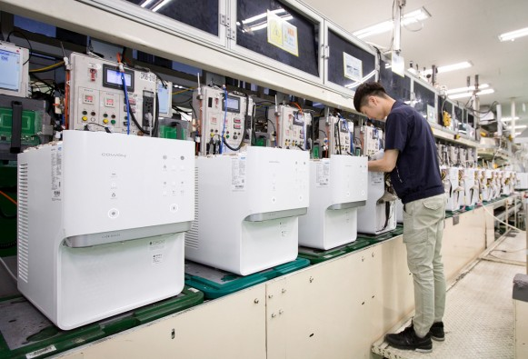 지난 5일 충청남도 공주시에 위치한 웅진코웨이 유구공장 정수기 생산라인에서 직원이 '아이스 정수기'를 생산하고 있다. 출처=웅진코웨이 제공