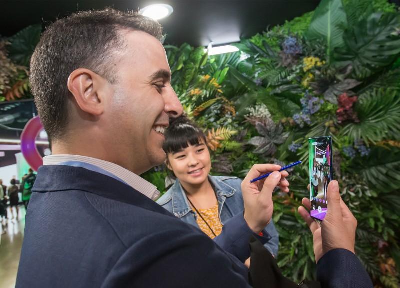7일(현지시각) 미국 뉴욕 바클레이스 센터에서 열린 '삼성 갤럭시 언팩 2019'에서 관람객이 노트10을 체험하고 있다. [사진=삼성전자]