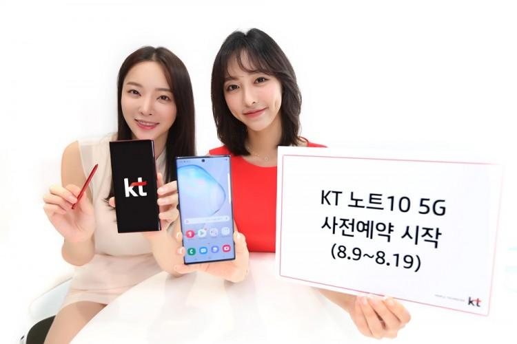 KT 모델들이 갤럭시 노트10 5G 사전예약을 홍보하고 있다.[사진=KT]