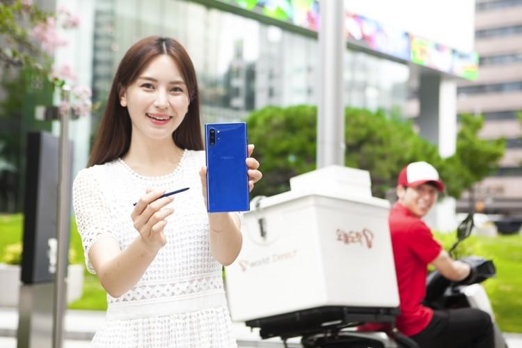 SK텔레콤 홍보모델들이 '갤럭시노트10플러스 아우라 블루' 제품과 공식 온라인몰 배송 서비스인 '오늘도착'을 소개하고 있다. [사진=SK텔레콤]