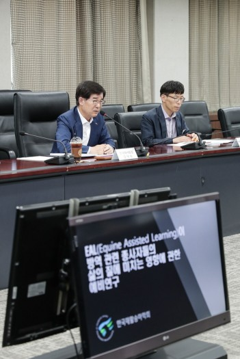 방역직무 종사자 힐링승마 효과 연구결과 발표회. 한국마사회 김낙순 회장(왼쪽)