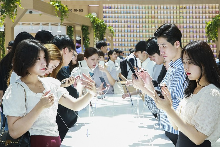 서울 영등포 타임스퀘어에 마련된 '갤럭시 스튜디오'가 '갤럭시 노트10 5G'를 직접 체험해보려는 소비자들로 붐비고 있다. [사진=삼성전자]