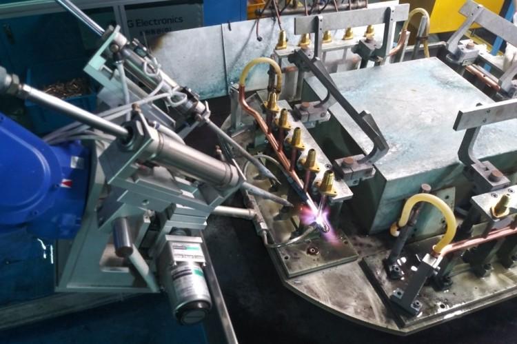LG전자 협력사 삼원동관의 멀티포인트 용접이 로봇을 활용한 자동화 공정으로 진행되고 있다. [사진=LG전자]