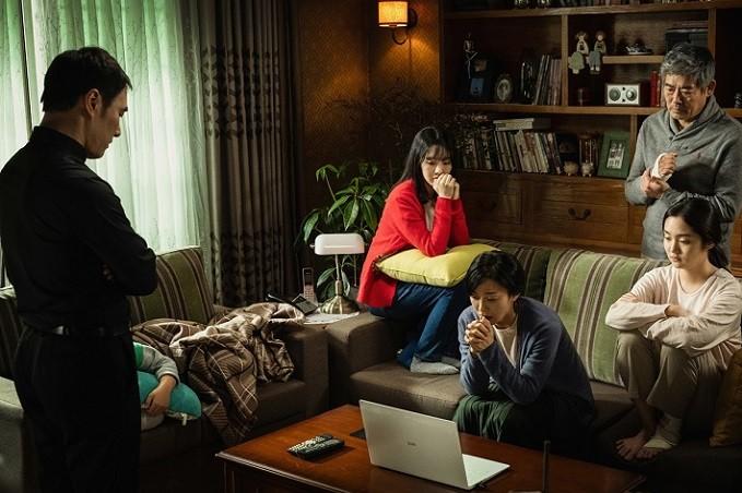 악마가 차례로 가족으로 변신하고 가족들은 서로를 의심하고 믿지 못한다. 가족이 분열 되면서 영화는 극도의 공포를 선사한다. (영화 '변신' 보도스틸 = ㈜에이스메이커무비웍스)