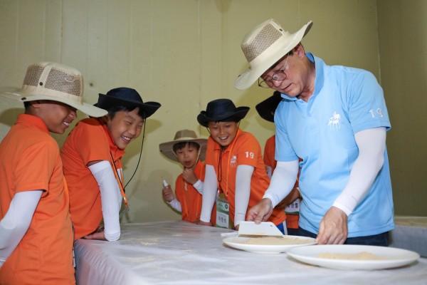한국마사회 농촌마을 여행 행사. 오른쪽 김낙순 회장
