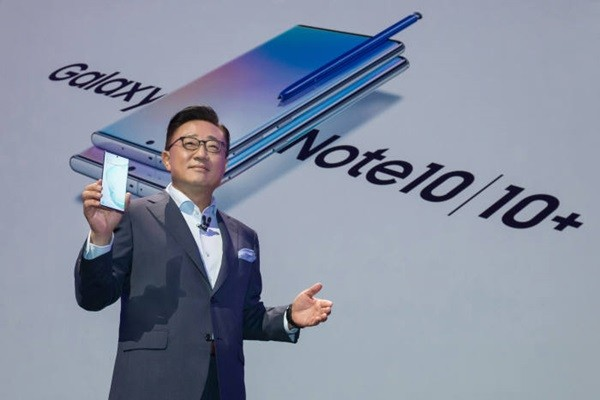 Koh Dong-jin, who is the head of Samsung Electronics' IM Division, is introducing Galaxy Note 10 at an event that was held at Barclay Center on the 7th.