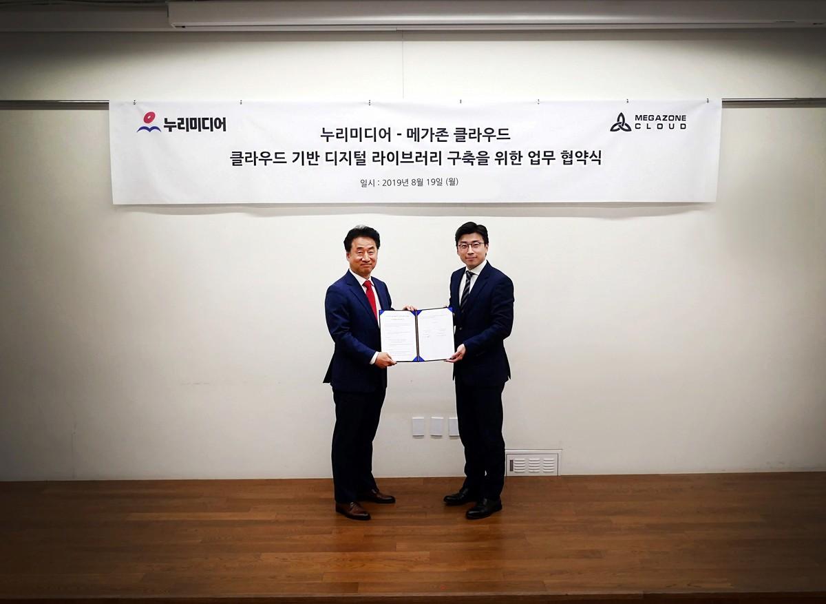 (왼쪽부터) 누리미디어 최순일 대표와 메가존 클라우드 이주완 대표가 서울 강남구 메가존빌딩에서 업무협약식 기념 촬영을 하고 있다. 사진제공=메가존 클라우드