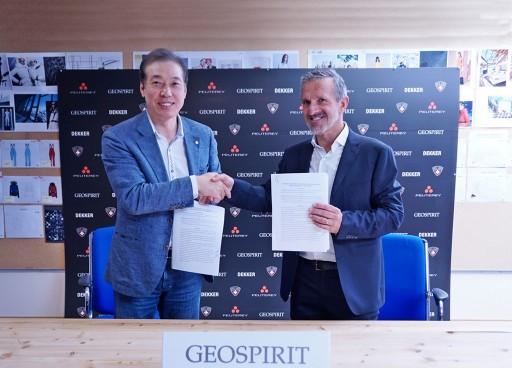 롯데홈쇼핑은 이탈리아 프리미엄 아우터 전문 패션기업인 페트레이 그룹 본사에서 대표 브랜드 '지오스피릿'의 단독 라이선스 계약을 체결했다. (왼쪽부터 이완신 롯데홈쇼핑 대표,  로렌조 디스페라티 지오스피릿 대표)