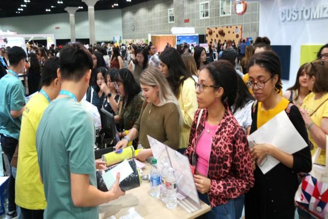 미국 LA에서 열린 '케이콘 2019 LA'에 마련된 CJ오쇼핑 씨이앤 팝업 매장에 현지인들이 높은 관심을 나타났다. 사진은 현장 사진.