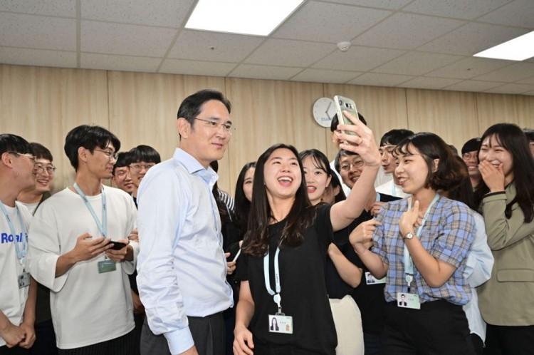 이재용 삼성전자 부회장이 20일 삼성 청년 소프트웨어 아카데미(SSAFY) 광주 교육센터를 방문해 소프트웨어 교육을 참관하고 교육생들을 격려하고 있다. [사진=삼성전자]