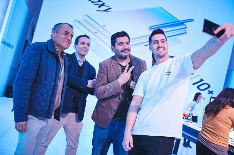 지난 20일(현지시간) 칠레 산티아고의 '종합 예술 공연장(NAVE)'에서 진행된 '갤럭시 노트10' 출시 행사에서 참석자들이 제품을 체험하고 있다. [사진=삼성전자]
