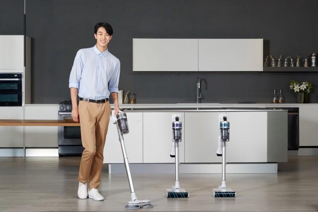 삼성전자 모델이 무선 청소기 제트 신제품을 선보이고 있다.