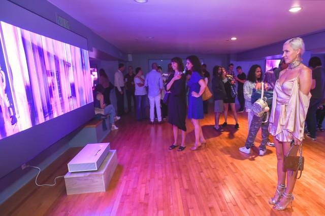 24일(현지시간) 미국 산타모니카에서 열린 '데이비드 반 에이슨'의 디지털 아트 작품 전시회 '프로젝션'에서 관람객들이 'LG 시네빔 레이저 4K'가 구현한 초대형, 고해상도 화면을 감상하고 있다.