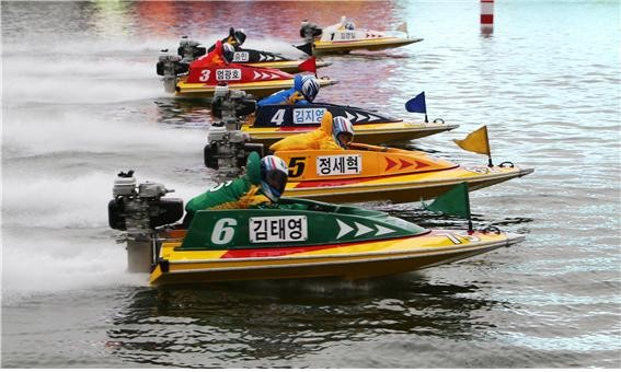2018년 경정 신인왕전에서 선의의 경쟁을 하고 있는 15기 선수들.