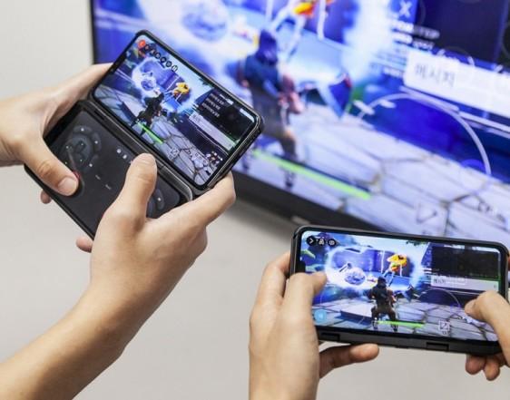 '5GX MEC' 기반 게임&방송 플랫폼 '워치앤플레이(Watch&Play)'를 LG V50 씽큐와 연결해 시연하고 있다. [사진=SK텔레콤]