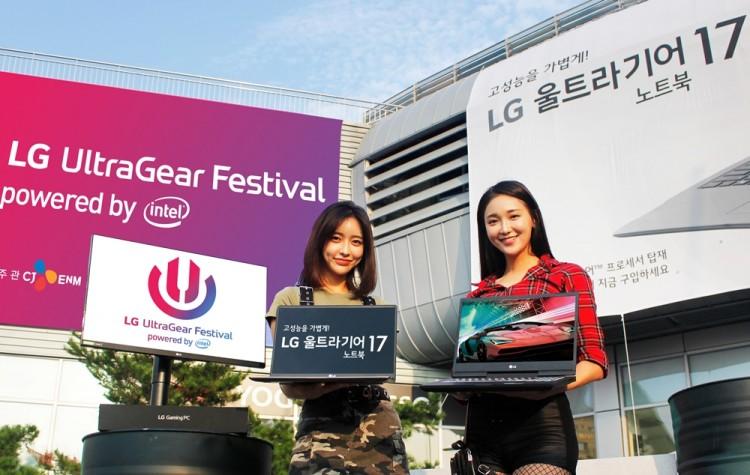 모델들이 서울 장충체육관에서 이달 31일부터 열리는 'LG 울트라기어 페스티벌' 행사장 앞에서 내달 9일 출시 예정인 'LG 울트라기어 17' 노트북(모델명:17U790)을 들고 포즈를 취하고 있다. [사진=LG전자]
