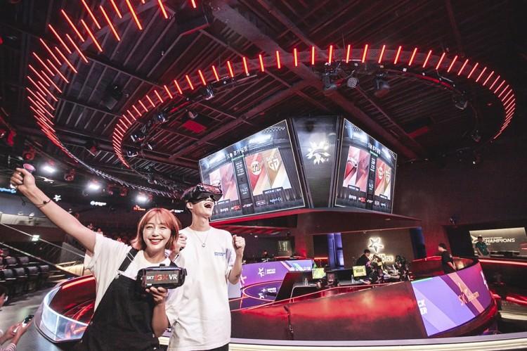 SK텔레콤 모델들이 서울 종로에 위치한 'LoL 파크'의 'LCK 아레나'에서 'LCK VR현장 생중계'와 Jump AR 서비스를 체험하고 있다. [사진=SK텔레콤]