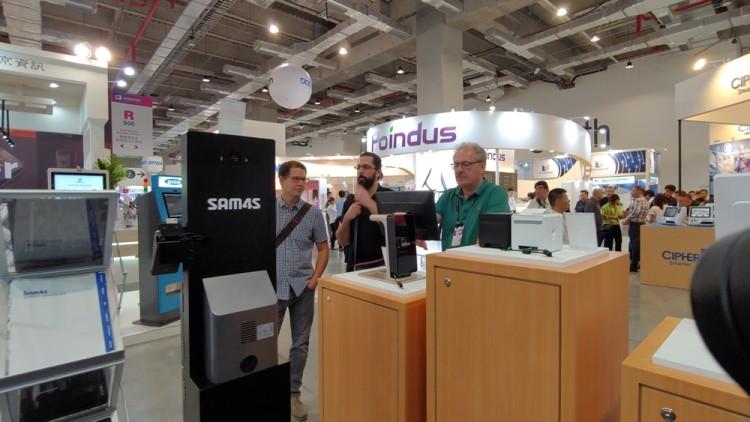 지난 6월 대만 타이베이에서 개최된 컴퓨텍스 2019에서 외국인 바이어들이 SAM4S 전시장에서 제품들을 둘러보고 있다.