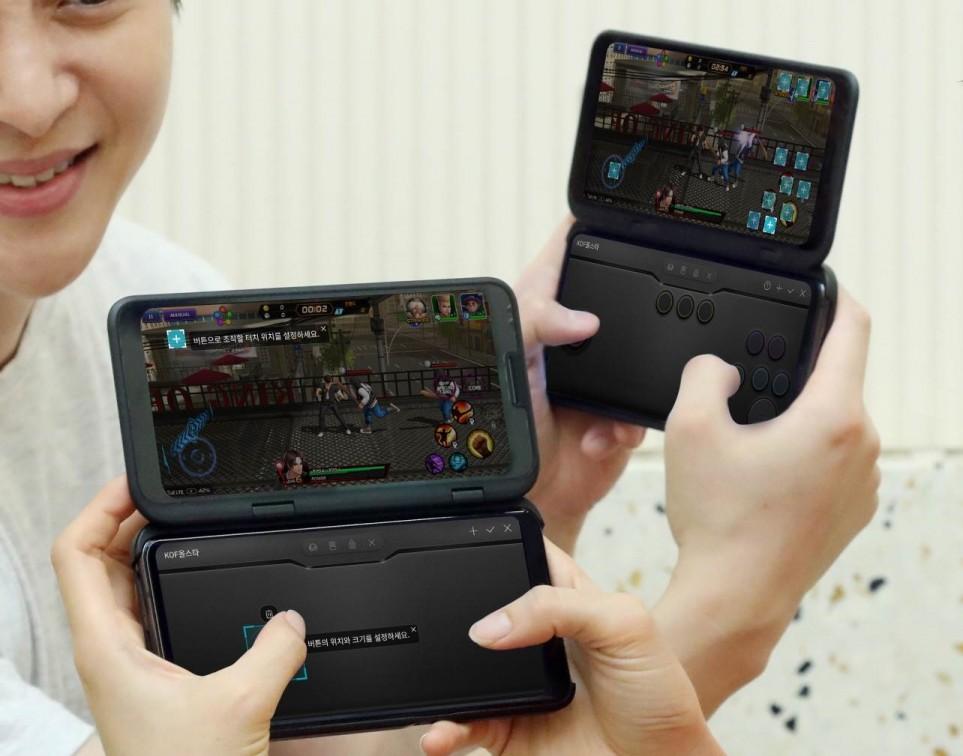 LG전자 모델들이 '나만의 게임패드' 기능을 통해 만든 게임패드로 게임을 즐기고 있다. [사진=LG전자]