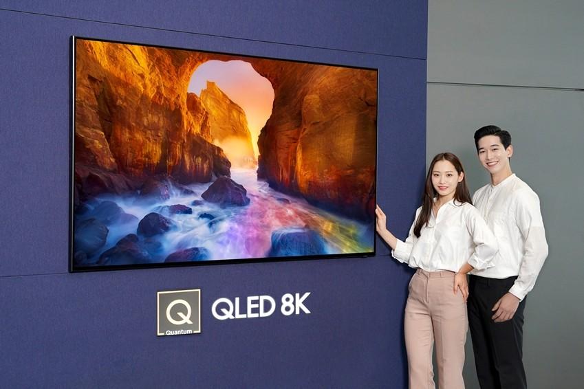 삼성전자 모델들이 2019년형 'QLED TV'를 소개하고 있다. [사진=삼성전자]