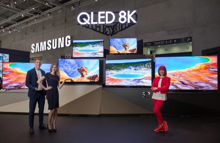 IFA 2019 공식 모델(오른쪽)과 삼성전자 모델들이 IFA 2019 삼성전자 전시장에서 55형부터 98형까지 'QLED 8K' TV. 풀 라인업을 소개하고 있다. [사진=삼성전자]