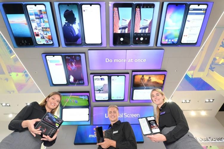 LG전자 모델들이 LG 스마트폰 전시관에서 LG V50S ThinQ와 LG 듀얼 스크린을 소개하고 있다. [사진=LG전자]