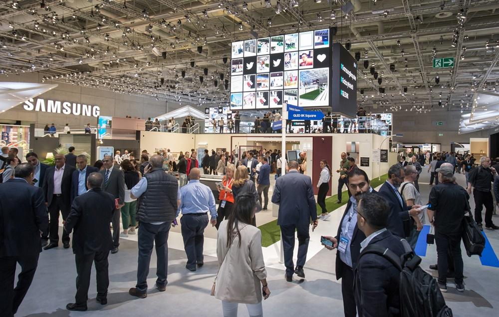 관람객들이 현지시간 6일 독일 베를린에서 열리는 가전전시회 'IFA 2019' 내 삼성전자 전시장을 살펴보고 있다. [사진=삼성전자]