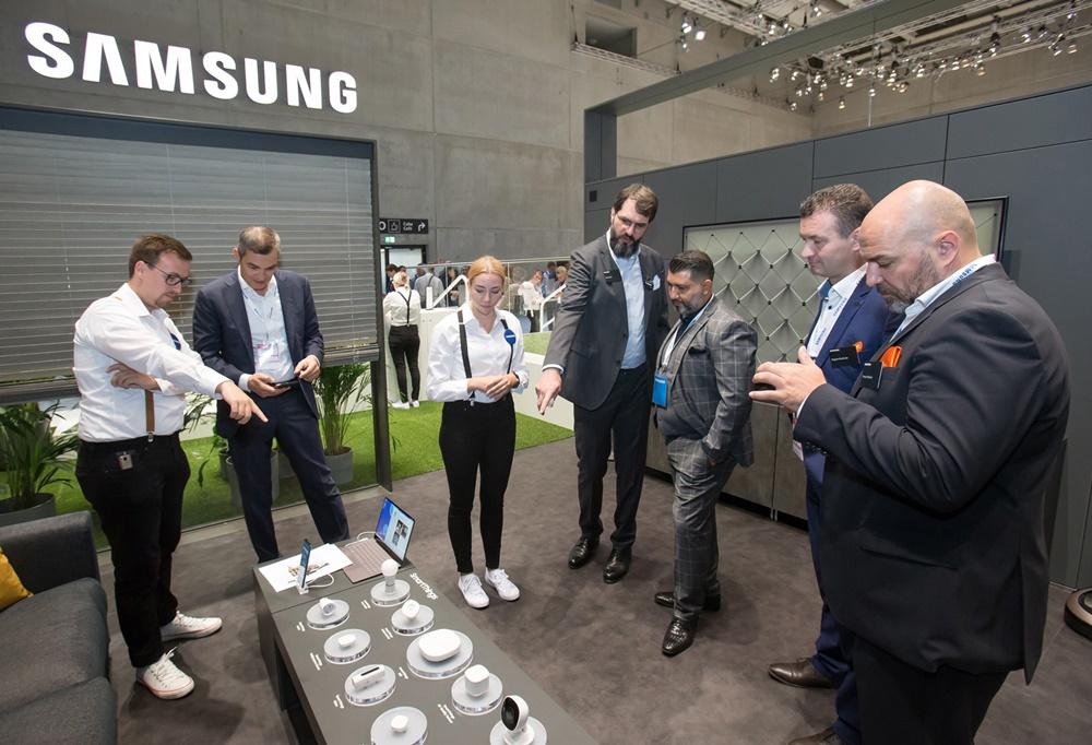 관람객들이 현지시간 6일 독일 베를린에서 열리는 가전전시회 'IFA 2019' 내 삼성전자 전시장에서 홈IoT를 구현하는 스마트싱스 카메라, 동작감지 센서, 다목적센서 등을 살펴보고 있다. [사진=삼성전자]