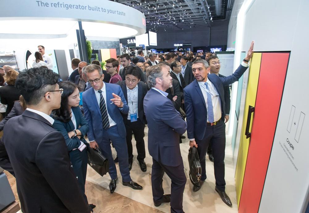 관람객들이 현지시간 6일 독일 베를린에서 열리는 가전전시회 'IFA 2019' 내 삼성전자 전시장에서 유럽시장 진출을 앞두고 있는 맞춤형 냉장고 '비스포크(BESPOKE)'를 체험하고 있다. [사진=삼성전자]