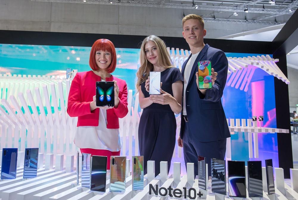 IFA 공식 모델(왼쪽)과 삼성전자 모델들이 독일 베를린에서 열리는 가전전시회 'IFA 2019' 내 삼성전자 전시장에서 5G 스마트폰 3종('갤럭시 폴드 5G', '갤럭시 노트10+ 5G', '갤럭시 A90 5G')를 소개하고 있다. [사진=삼성전자]