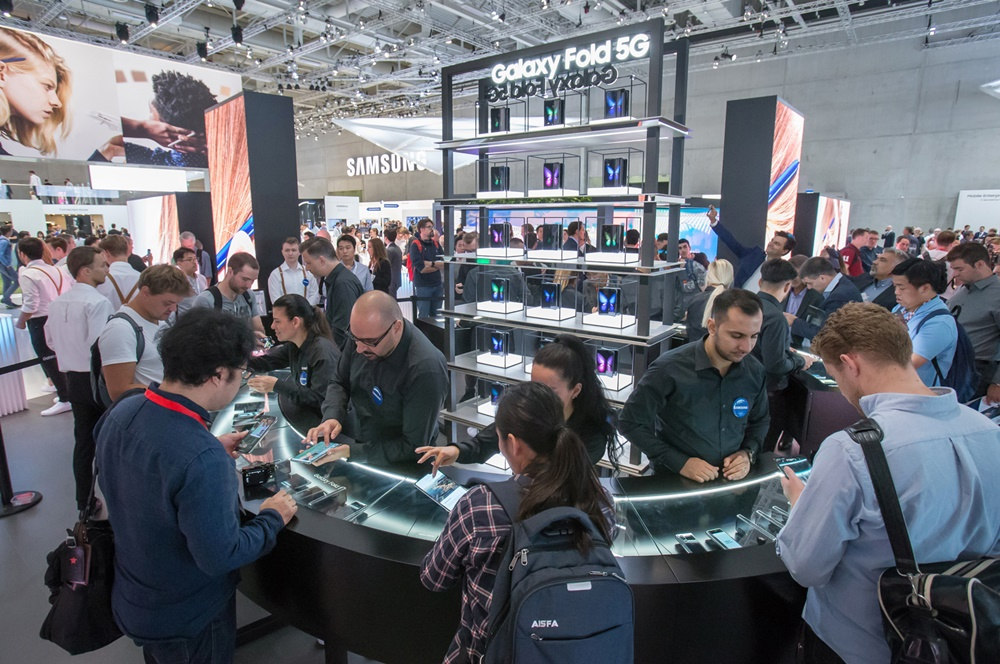 관람객들이 현지시간 6일 독일 베를린에서 열리는 가전전시회 'IFA 2019' 내 삼성전자 전시장에서 '갤럭시 폴드 5G'를 체험하고 있다. [사진=삼성전자]