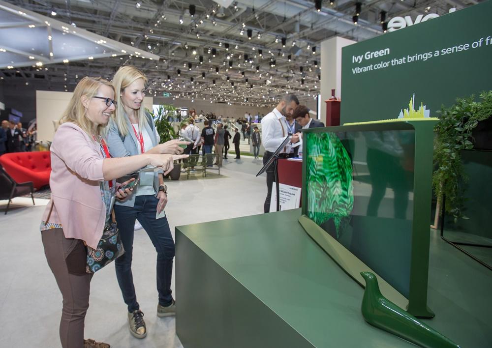 7일(현지 시간) 독일 베를린에서 열리는 유럽 최대 가전 전시회 'IFA 2019'에서 삼성전자 전시장을 방문한 관람객들이 신개념 라이프스타일 TV '더 세리프'를 감상하고 있다. [사진=삼성전자]