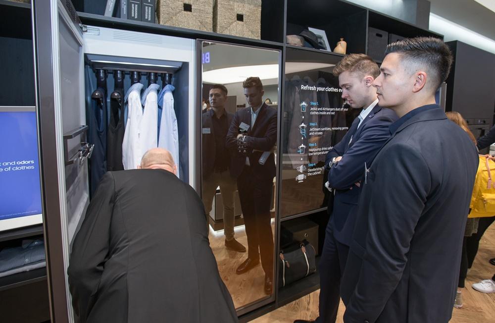 7일(현지 시간) 독일 베를린에서 열리는 유럽 최대 가전 전시회 'IFA 2019'에서 삼성전자 전시장을 방문한 관람객들이 혁신 라이프스타일 가전인 의류청정기 '에어드레서'를 감상하고 있다. [사진=삼성전자]