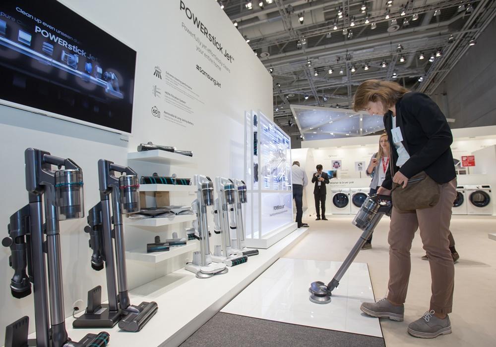 7일(현지 시간) 독일 베를린에서 열리는 유럽 최대 가전 전시회 'IFA 2019'에서 삼성전자 전시장을 방문한 관람객들이 라이프스타일 가전 무선청소기 '삼성 제트'를 감상하고 있다. [사진=삼성전자]