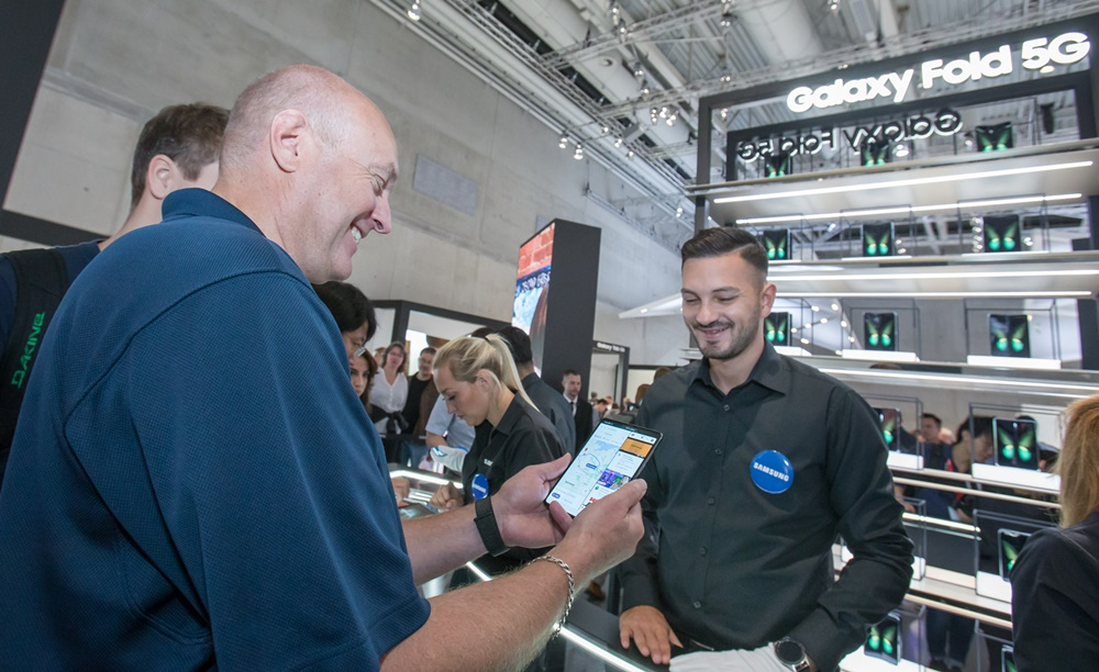 7일(현지 시간) 독일 베를린에서 열리는 유럽 최대 가전 전시회 'IFA 2019'에서 삼성전자 전시장을 방문한 관람객들이 '갤럭시 폴드 5G'를 체험하고 있다. [사진=삼성전자]