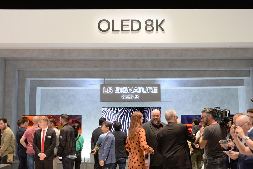 관람객들이 'LG 시그니처 올레드 8K'를 살펴보고 있다. [사진=LG전자]