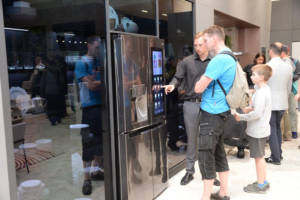 관람객들이 LG전자의 스마트 노크온 매직 스페이스 냉장고를 살펴보고 있다. [사진=LG전자]