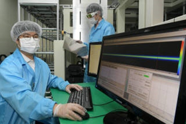 Philoptics succeeded in manufacturing its own line-beam optical system for manufacturing OLED and is supplying its system to its customers.  Philoptics' researchers are using LLO (Laser Lift-Off) equipment to test a sample.  Staff Reporter Lee, Donggeun | foto@etnews.com