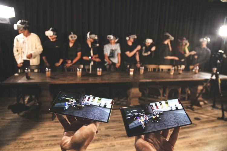 SK텔레콤은 지난 8일 서울 종로구 롤파크에서 점프 AR · VR 이용고객을 대상으로 투어 행사를 개최했다. T1선수단과 점프 AR · VR 이용 고객들이 '소셜 VR' 기술 체험을 하고 있다. [사진=SK텔레콤]