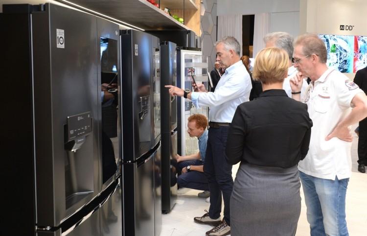 관람객들이 LG전자의 '노크온 매직 스페이스 냉장고'를 살펴보고 있다. [사진=LG전자]