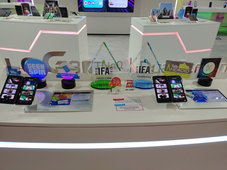 IFA 2019 LG 스마트폰 부스에 최고상 트로피가 진열돼 있다. [사진=LG전자]