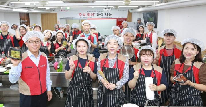 11일 롯데홈쇼핑 김재겸 지원본부장(앞줄 왼쪽 첫 번째)을 비롯한 임직원으로 구성된 샤롯데 봉사단 40여명이 추석 맞이 음식 나눔 봉사를 진행했다.