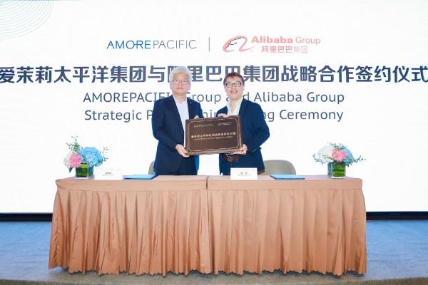 아모레퍼시픽 중국법인장 찰스 카오(왼쪽)와 알리바바그룹 FMCG 사업부문 대표 마이크 후(오른쪽) 업무협약(MOU) 체결