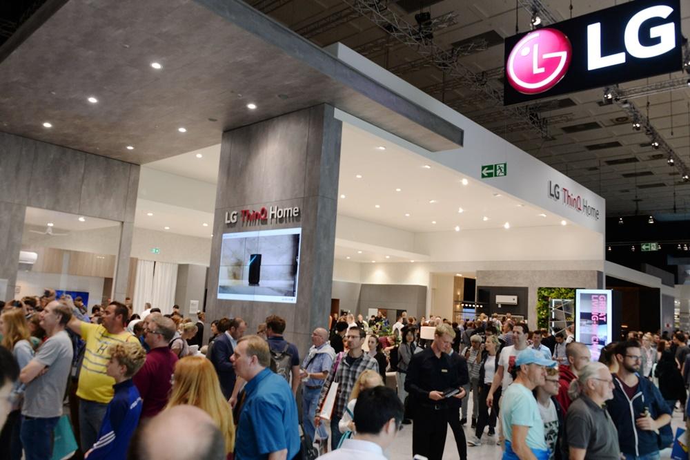 관람객들이 인공지능 가전으로 새로운 가치를 담은 주거공간 'LG 씽큐 홈'을 살펴보고 있다. [사진=LG전자]