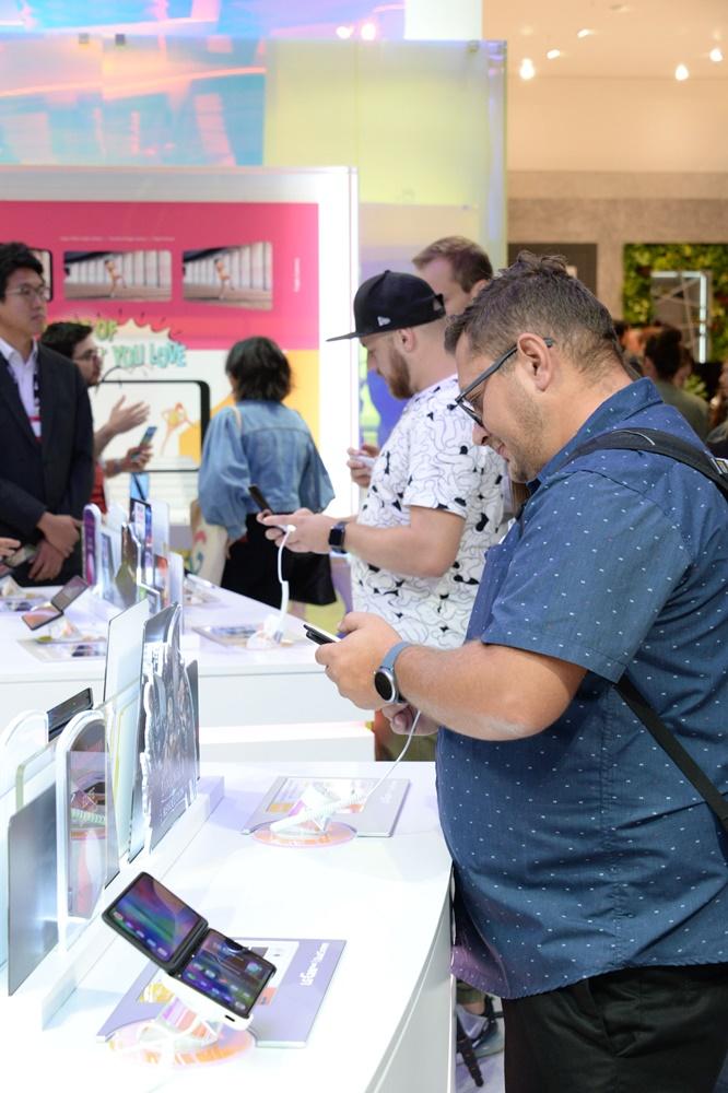 관람객들이 LG전자의 하반기 전략 스마트폰 LG V50S 씽큐(해외명 LG G8X 씽큐)와 새로운 듀얼스크린을 살펴보고 있다. [사진=LG전자]
