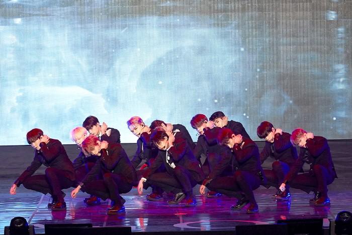 타이틀곡 '독:fear' 무대중인 세븐틴. (사진=플레디스엔터테인먼트 제공)